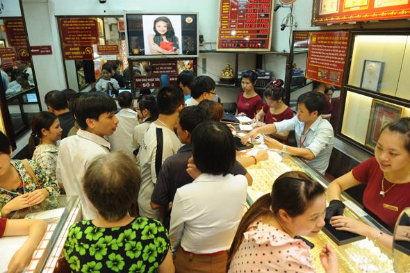 Giá vàng ngày 27/6/2013: Người dân chen chúc mua vàng