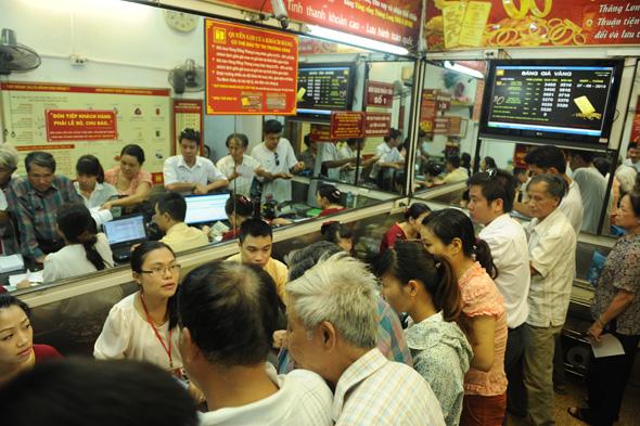 Giá vàng ngày 27/6/2013: Người dân xếp hàng đi mua