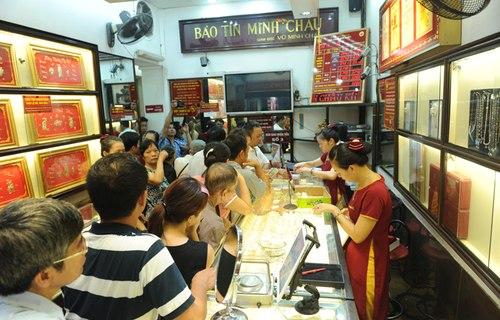 Người dân xếp hàng vào mua vàng ngày 28/6/2013