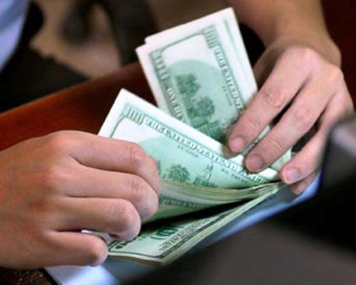"""Doanh nghiệp phải trả """"phí"""" bán USD"""