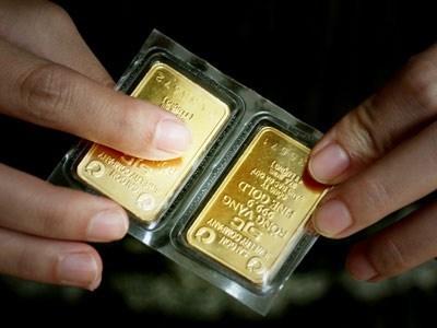 Vì sao giá vàng SJC trong nước chưa giảm?