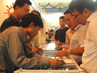 Khách tham quan tại Hội chợ quốc tế hàng công nghiệp Việt Nam 2012
