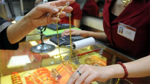 Giá vàng đang giảm: Người dân không nên vội mừng | Có nên mua bán vàng miếng?
