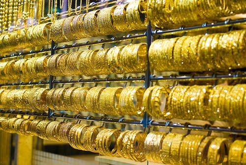 Các đồ trang sức bằng vàng được bày bán tại một cửa hàng ở khu chợ Zaveri, Mumbai, Ấn Độ
