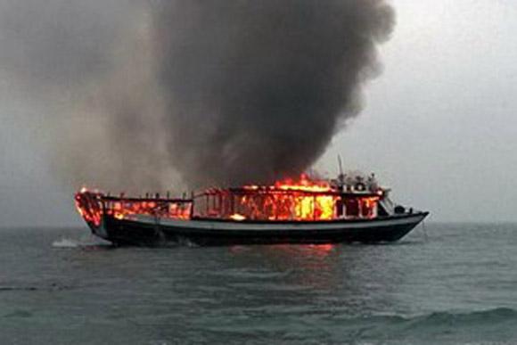 Tàu du lịch bốc cháy trên Vịnh Hạ Long ngày18/2/2014