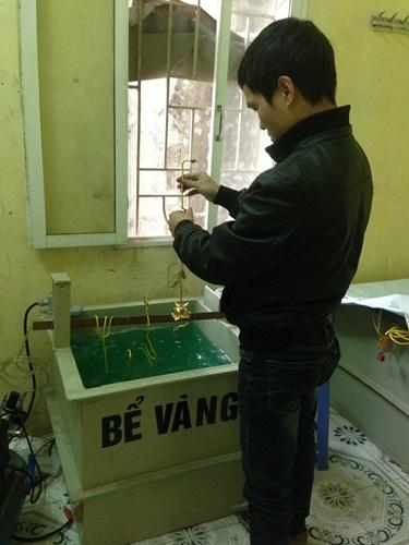 Kỹ sư của VinaTAB kiểm tra quá trình mạ