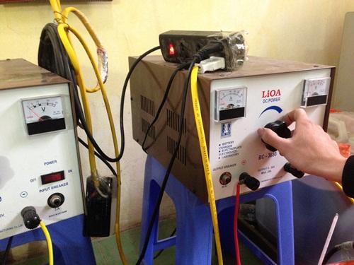 Để có nước mạ đẹp, người thợ phải căn chỉnh chính xác cường độ dòng điện và thời gian mạ