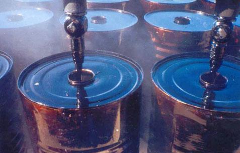Giá dầu xuống dưới 100 USD do nguồn cung dồi dào, nhu cầu yếu