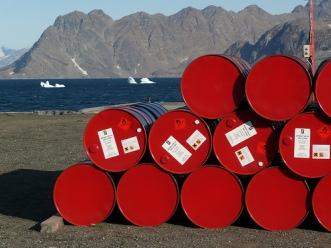 Giá dầu tiếp tục giảm do cung vượt cầu