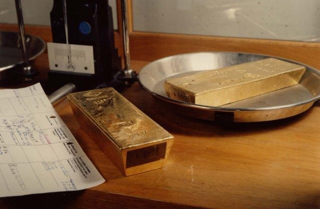 Các nhà có triển vọng trái chiều nhau về giá vàng khi cổ phần vàng của SPDR GLD giảm xuống mức đáy