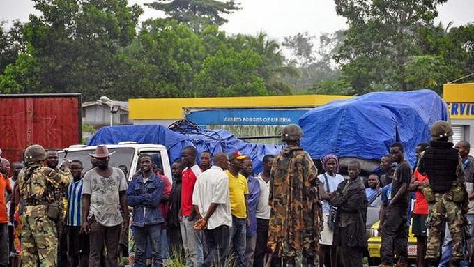 Nhân viên y tế trong trang phục bảo hộ làm nhiệm vụ tại khu vực có khả năng lây nhiễm cao ở bệnh viện Elwa ở Monrovia, Liberia ngày 7/9. (Nguồn: AFP/TTXVN)