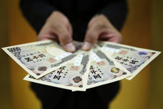Yen chạm mức thấp kỷ lục mới trước tin đồn BoJ nới lỏng tiền tệ