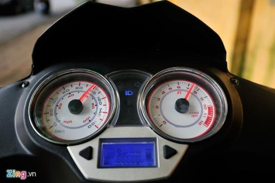 Cụm đồng hồ hiển thị của Caffe Nero được thiết kế lớn. Đồng hồ báo tốc độ và vòng tua máy dạng analog, trong khi một đồng hồ điện tử được tích hợp để hiển thị các thông số khác như tốc độ, hành trình, nhiên liệu, nhiệt độ…  Cụm đèn hậu được thiết kế to, chiếm trọn đuôi xe. Đèn xi-nhan tích hợp.