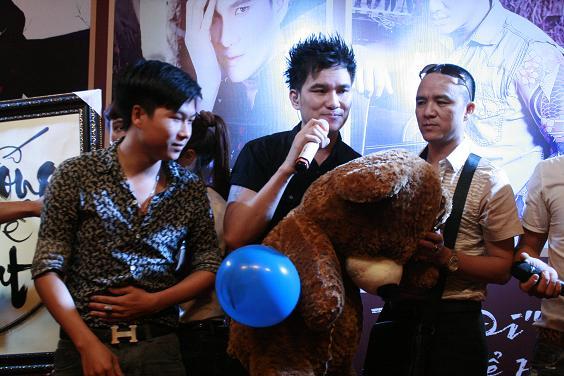 Ca sĩ Lâm Chấn Huy giao lưu cùng các Fan hâm mộ