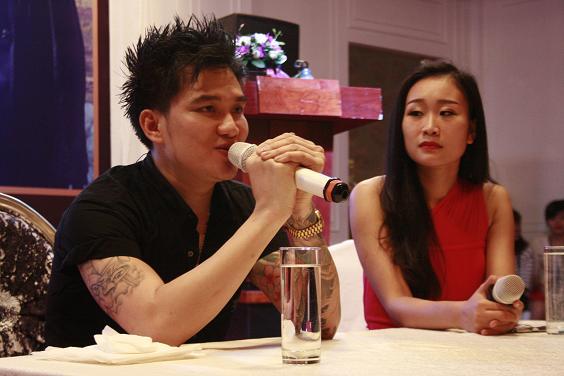 Ca sĩ Lâm Chấn Huy lắng nghe và chia sẻ với những lời tâm sự, câu hỏi của các Fan hâm mộ
