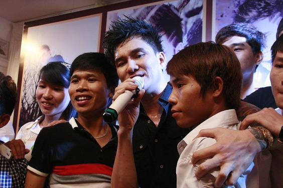 Ca sĩ Lâm Chấn Huy hát các ca khúc trong album mới phát hành và chụp ảnh kỉ niệm cùng các Fan hâm mộ