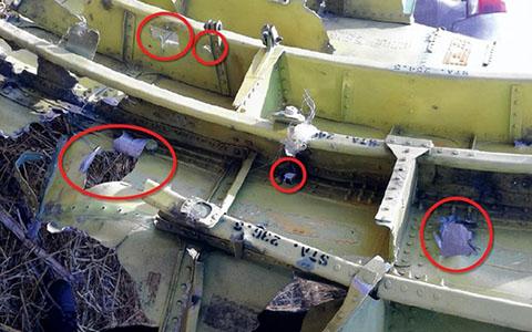 """Các dấu vết trong buồng lái cho thấy máy bay bị """"các vật thể năng lượng cao đâm thủng từ bên ngoài"""" (Ảnh Zuma Press)"""