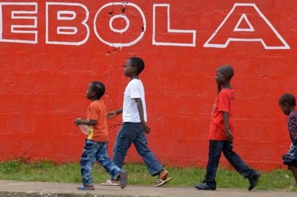 Ít nhất 3.700 trẻ em có cha mẹ tử vong vì dịch bệnh chết Ebola. (Nguồn: Reuters)