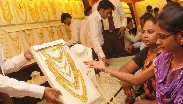 Người dân Ấn Độ mua vàng trang sức nhân dịp lễ hội. (Nguồn: The Hindu)