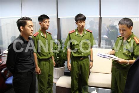 Cơ quan CSĐT Bộ Công an đọc lệnh bắt khẩn cấp đối tượng Phạm Kiện Trung. (áo đen)