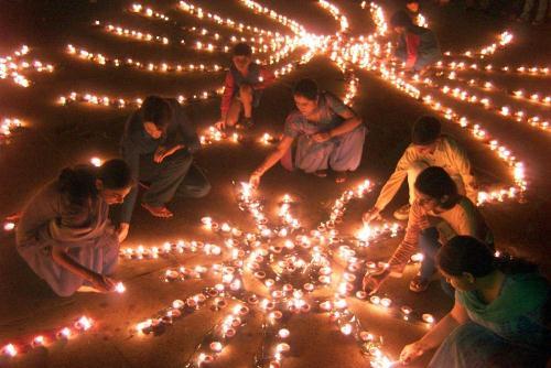 Phụ nữ Ấn Độ thắp đèn trong Lễ hội ánh sáng Diwali.