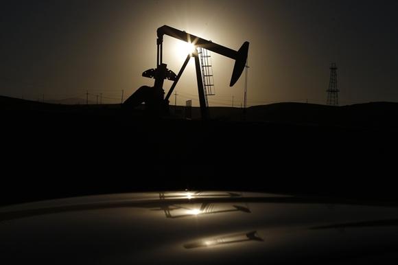 Giá dầu Brent xuống dưới 80 USD/thùng lần đầu tiên trong 4 năm