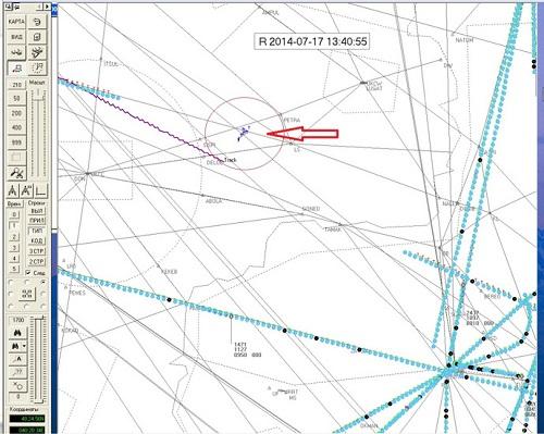 Phi cơ quân sự được biểu hiện bằng ký hiệu T, xuất hiện gần máy bay MH17(biểu hiện bằng đường màu tím). Ảnh:aviasafety.ru