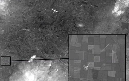 Hình ảnh vệ tinh do truyền hình Nga cung cấp cho thấy chiếc Boeing của hãng hàng không Malaysia Airlines mang số hiệu MH17 bị một chiến đấu cơ bắn hạ ở miền đông Ukraine. Ảnh: Channel One