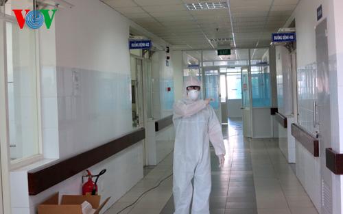 Y, bác sỹ tại khu vực cách ly bệnh nhân nghi nhiễm Ebola trong trang phục bảo hộ chuyên dụng.