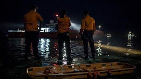 Hiện đội tìm kiếm đang chạy đua với thời gian để tìm kiếm hộp đen của máy bay QZ8501 và trục vớt thi thể các nạn nhân
