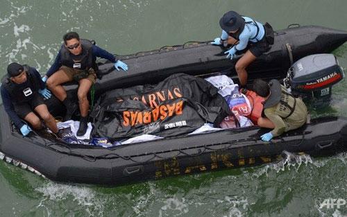 Lực lược cứu hộ vớt thêm được nhiều thi thể nạn nhân (Ảnh: AFP)