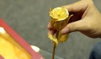 Sản phẩm được gia công giống một bông hoa hồng nhung thật thu nhỏ.
