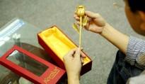 Bông hoa hồng chế tác từ 55 chỉ vàng 24K, nhiều viên kim cương tự nhiên và đá Ruby.
