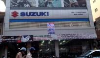 Băng rôn giảm giá chồng lên nhau tại một đại lý xe máy trên đường Tây Sơn (Hà Nội) ngày 1/8. Ảnh: Đức Huy.